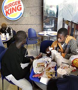 Menores comiendo en Mac Donalds