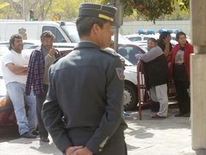 Gitanos vigilados por un guardia civil